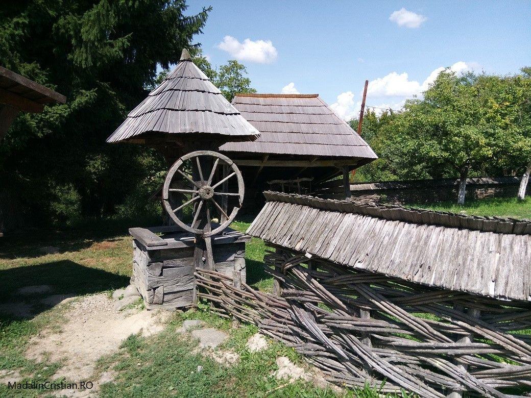 fantana 2 muzeul satului maramuresean
